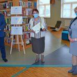 Od lewej Wójt Gminy Wyryki Mirosław Torbicz, Walentyna Kuszpa - laureatka pierwszego miejsca kategorii dla dorosłych trzymająca odebraną statuetkę Złote Pióro Wójta Gminy Wyryki oraz pamiątkowy dyplom, z prawej Hanna Czelej Dyrektor GBP Wyryki