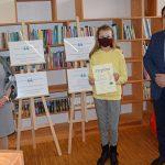 Od lewej Dyrektor GBP Wyryki Hanna Czelej, Zofia Kowalik, uczestnik konkursu kategorii dzieci i młodzież, w dłoniach trzyma pamiątkowy dyplom, z prawej Wójt Gminy Wyryki Mirosław Torbicz