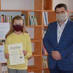 Zofia Kowalik, uczestnik konkursu kategorii dzieci i młodzież, w dłoniach trzyma pamiątkowy dyplom w towarzystwie Wójta Gminy Wyryki Mirosława Torbicza