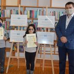 Od lewej Adam Benabderrahmane, Lena Benabderrahmane, uczestnicy konkursu w kategorii dzieci i młodzież, w dłoniach trzymają pamiątkowy dyplom, z prawej Wójt Gminy Wyryki Mirosław Torbicz