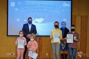 Nagrodzeni uczestnicy konkursu, Wójt Gminy Wyryki Mirosław Torbicz oraz Dyrektor GBP Wyryki Hanna Czelej