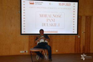 """Uczestnik wydarzenia czyta fragment utworu """"Moralność pani Dulskiej """" podczas Narodowego Czytania."""