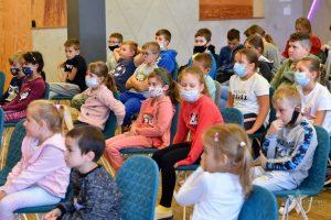 Dzieci podczas spotkania autorskiego z Marcinem Koziołem