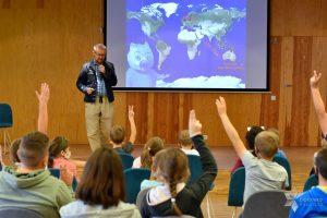Pan Marcin Kozioł prowadzi spotkanie autorskie dla dzieci