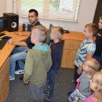 Uczestnicy warsztatów w studio nagrań podczas Wakacji z Biblioteką 2021