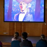 Uczestnicy kina letniego dla dzieci podczas Wakacji z Biblioteką 2021