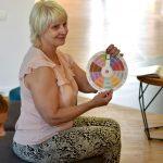 Pani Hanna Czelej - Dyrektor GBP Wyryki prowadzi literackie warsztaty twórcze dla dzieci podczas Wakacji z Biblioteką 2021