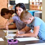 Uczestnicy literackich warsztatów twórczych dla dzieci podczas Wakacji z Biblioteką 2021