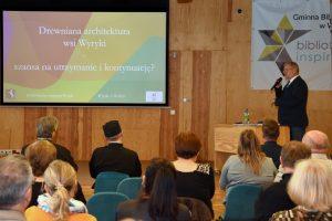 """mgr Michał Trzewik podczas prelekcji na konferencji pt. """"Wokół kultury tradycyjnej Wyryk"""""""